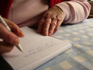 Bestattungsvorsorgeplan - Eine alte Frau schreibt
