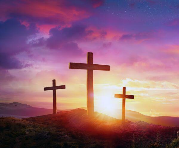 Die Glaubensrichtung Christentum - Drei Kreuze im Untergang der Sonne
