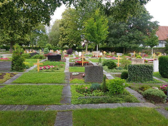 Gerlinger Stadtfriedhof - Mehrere Gräber sind zu sehen
