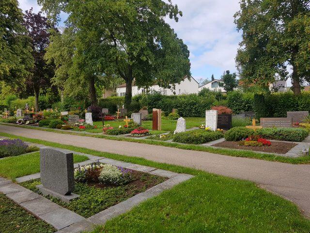 Gerlinger Stadtfriedhof - Weitere Gräber sind zu erkennen