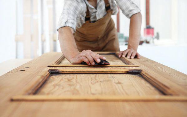 Holzarten - Ein Schreiner bei der Arbeit