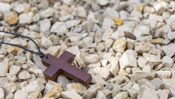 Kreuz in einem Steinbeet - das moderne Grab