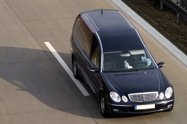 Leichenbeförderung mit einem Bestattungskraftwagen