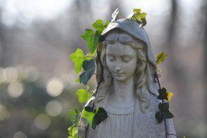 Referenzen zum Bestattungsdienst in Gerlingen Steinskulptur auf dem Friedhof
