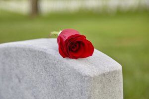 Eine Rote Rose auf einem Grabstein zur Beisetzung in Stuttgart