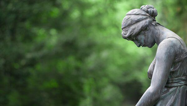 Eine Statue auf dem Friedhof in Gedenken an