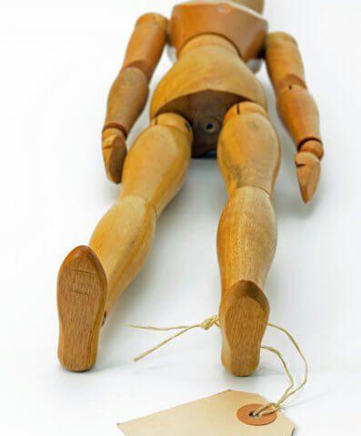 Thanatopraktische Versorgung - Eine Holzpuppe