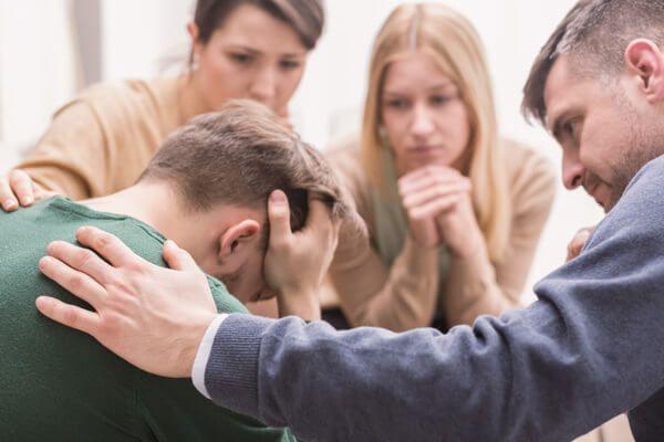 Trauerbewältigung Trauergespräch - die Gruppe hilft über den Schmerz hinweg