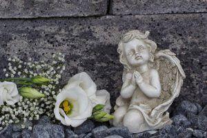 Untertükheim Beerdigung Rezension - Kleiner Engel mit Blumenschmuck zur Beisetzung