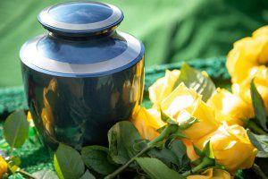 Urne neben gelben Rosen - stilvolle Bestattung