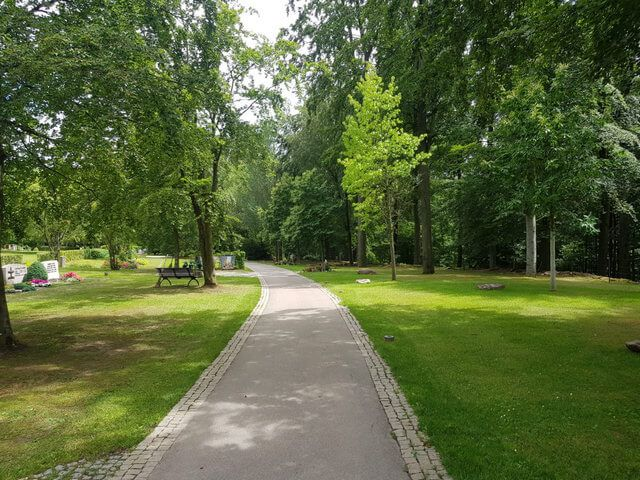 Waldfriedhof Gerlingen Gehweg zum Friedhof