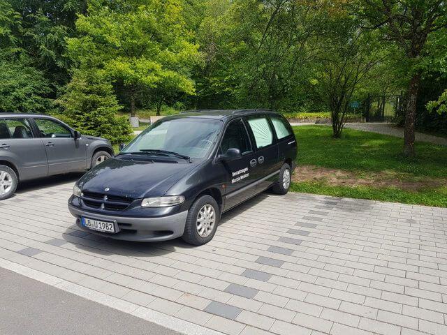 Waldfriedhof Gerlingen Parkplatz mit Bestattungskraftwagen