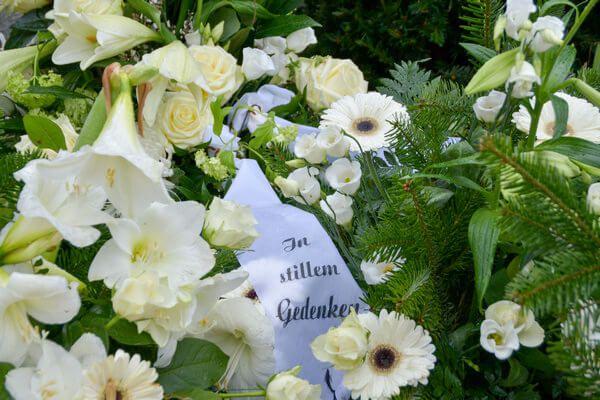 Weißer Rosenkranz mit Schleife - In stillen Gedenken